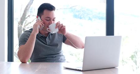 Jeune entrepreneur entrepreneur indépendant travaillant à l'aide d'un ordinateur portable dans l'espace de coworking Banque d'images - 82523042