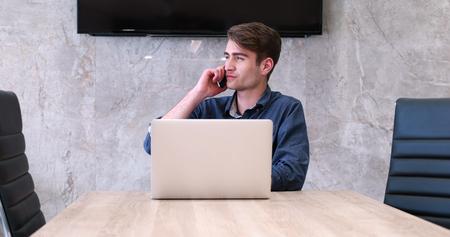 Jeune entrepreneur pigiste travaillant dans un ordinateur portable dans coworking espace Banque d'images - 82523055