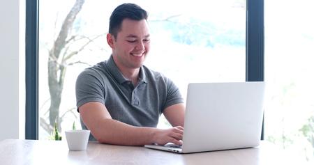 Jeune entrepreneur entrepreneur indépendant travaillant à l'aide d'un ordinateur portable dans l'espace de coworking Banque d'images - 82523105