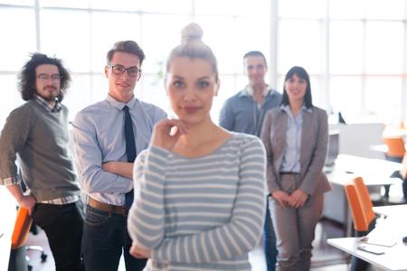 바쁜 시작 사무실에서 성공적인 사업가 기업가의 초상화 스톡 콘텐츠