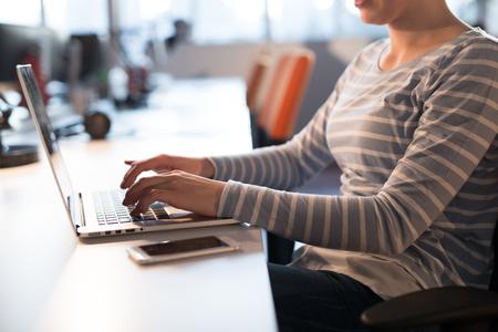 Jeune entrepreneur féminine pigiste travaillant en utilisant un ordinateur portable dans l & # 39 ; espace coworking Banque d'images - 83014747