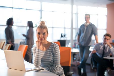 Jeune femme, Entrepreneur, Freelancer, Travail, Utilisation, Un, ordinateur portable, dans, coworking, espace Banque d'images - 83014743