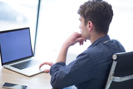 Jeune entrepreneur pigiste travaillant dans un ordinateur portable dans coworking espace Banque d'images - 84853261