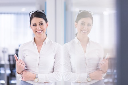 Jolie femme d & # 39 ; affaires en utilisant la tablette en utilisant un intérieur de bureau de démarrage Banque d'images - 84853352