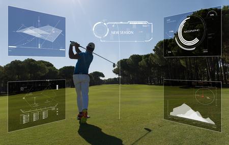 プロゴルフ選手は、統計とコースで砂のバンカーからボールを撃った 写真素材