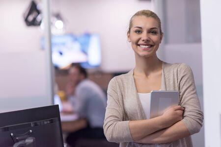 시작 사무실 앞에서 태블릿을 사용하여 예쁜 사업가 인테리어