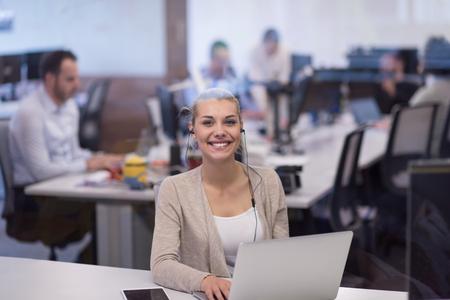 Jeune femme, Entrepreneur, Freelancer, Travail, Utilisation, Un, ordinateur portable, dans, coworking, espace Banque d'images - 89903157