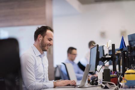 Jeune entrepreneur entrepreneur indépendant travaillant à l'aide d'un ordinateur portable dans l'espace de coworking Banque d'images - 89903339
