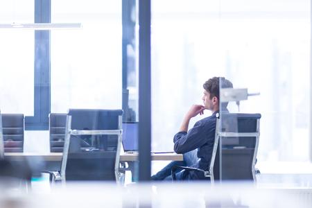 Jeune entrepreneur entrepreneur indépendant travaillant à l'aide d'un ordinateur portable dans l'espace de coworking Banque d'images - 89467396