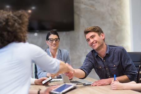 Business Partner se dan la mano en meetinig en edificio de oficinas moderno