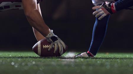 piłkarze futbolu amerykańskiego są gotowi do startu na boisku w nocy