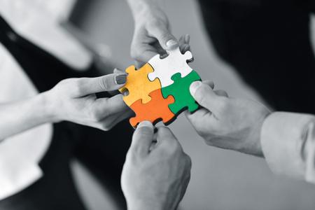 Groep bedrijfsmensen die puzzel assembleren en teamsteun en hulpconcept vertegenwoordigen