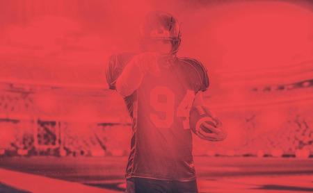 Portrait de joueur de football américain pointant sur fond gris Banque d'images - 100034447