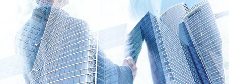 Partner biznesowy uścisnąć dłoń na spotkaniu w nowoczesnym biurowcu