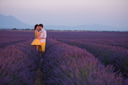 couple in purple lavender flower  field kissing and have romantic time in sunset Banque d'images - 107291810