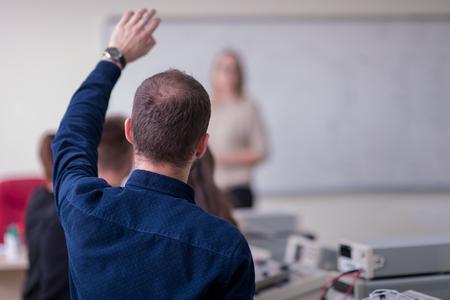 Groupe de jeunes étudiants faisant une pratique professionnelle technique avec un enseignant dans la salle de classe électronique, concept d'éducation et de technologie