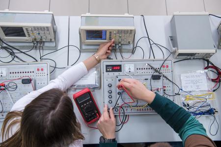 Vista superior de un grupo de jóvenes estudiantes que realizan prácticas técnicas vocacionales en el aula electrónica, concepto de educación y tecnología