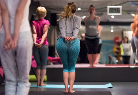 A group of young healthy sporty women working out with instructor doing aerobics exercises in a fitness studio fitness, sport, training, gym and lifestyle concept Stockfoto