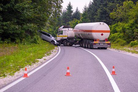 美しい自然道路上の交通事故トラックと自動車事故 写真素材