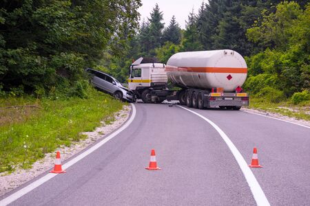 Verkehrsunfall Lkw- und Autounfall auf der schönen Naturstraße Standard-Bild