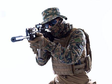 La guerra moderna soldado de los marines estadounidenses apuntando en posición de combate y buscando el objetivo aislado sobre fondo blanco