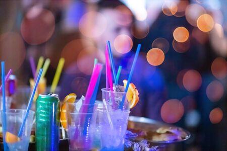 Neujahrs- und Weihnachtsfeier im Büro Nahaufnahme Details Essen Zubereitung und Essen von Getränken und Geschenken authentisches lokales Startup-Business-Team