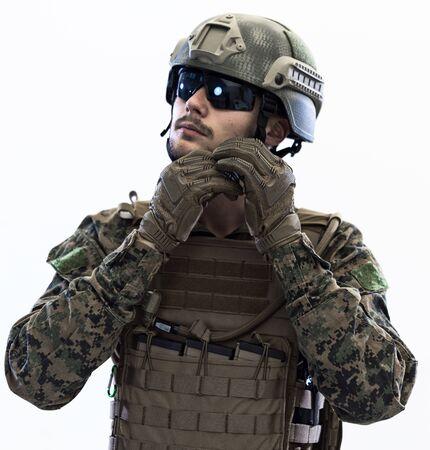 Soldado de operaciones especiales del cuerpo de marines estadounidense preparando equipo táctico y de comunicación para la batalla de acción retrato de estudio de primer plano aislado sobre fondo blanco