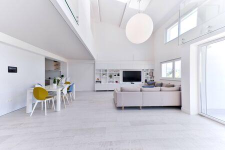 intérieur d'un espace ouvert moderne et élégant de luxe à deux niveaux avec des murs blancs