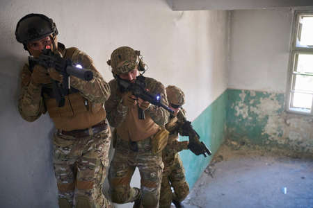 modern warfare soldiers ascent stairs in combat Banque d'images