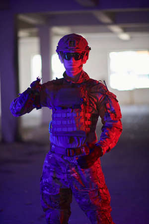 modern warfare soldier in urban environment Banque d'images