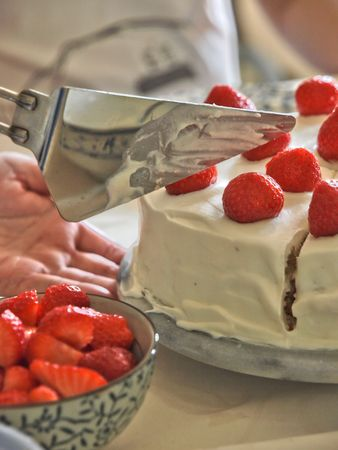 Strawberry close up on a Cream Cake. white background Standard-Bild - 5776561
