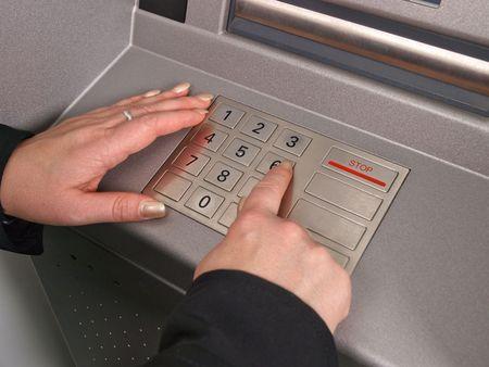 Frau Hände auf der Tastatur auf einem ATM-Maschine Standard-Bild - 5972067