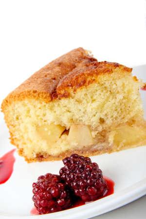 Frisch gebackene Apfelkuchen serviert auf einem Teller Standard-Bild - 10832076