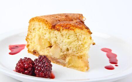 Frisch gebackene Apfelkuchen serviert auf einem Teller Standard-Bild - 10832074