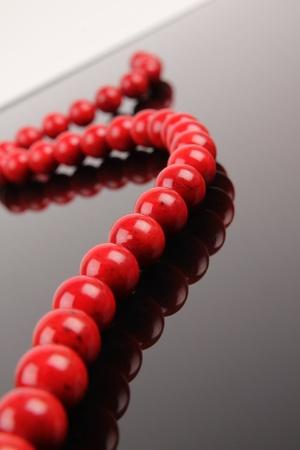 Red Necklace. Nahaufnahme auf dunklem Hintergrund Standard-Bild - 10925858