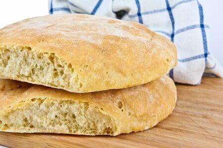 Frisch gebackenes hausgemachtes Brot. Close up auf weißem Hintergrund Standard-Bild - 10925870