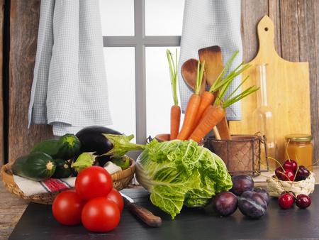 Ein Küchentisch voll mit frischem Gemüse Standard-Bild - 58313166