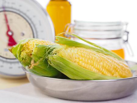 Mais auf einer Küchenwaage Standard-Bild - 58313223