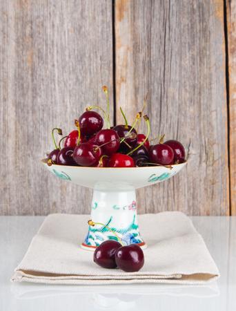 Kirschen auf einer Platte Standard-Bild - 58313243