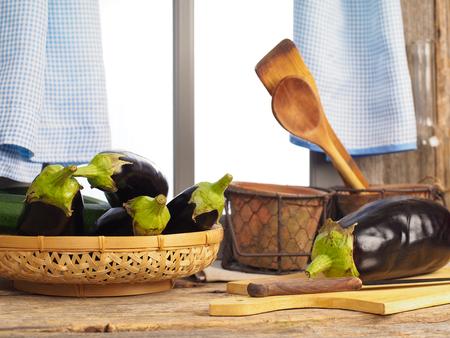Auberginen auf einem Küchentisch Standard-Bild - 58313235