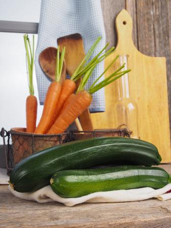 Herbsternte von Zucchini Standard-Bild - 58313241