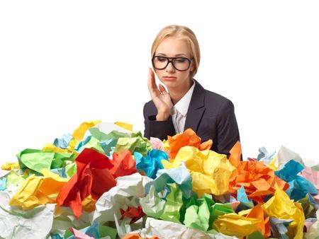Müde attraktive blonde Sekretärin mit einer Menge von Papieren