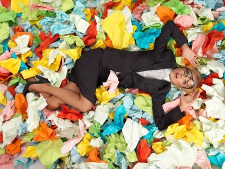 Müde attraktive blonde Sekretärin mit einer Menge von Papieren Standard-Bild