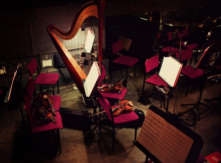 arpa: Arpa y los violines en la fosa de orquesta Foto de archivo
