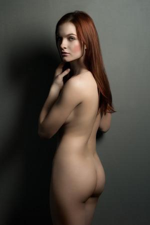 Сексуальная тело обнаженной женщины. Голая чувственный красивая девушка. Художественный фото.