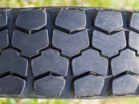 rodamiento: Primer plano del campo a través de edad banda de rodadura de neumáticos para vehículos
