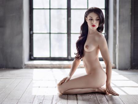 mujer desnuda sentada: Young beautiful naked woman sitting on a floor