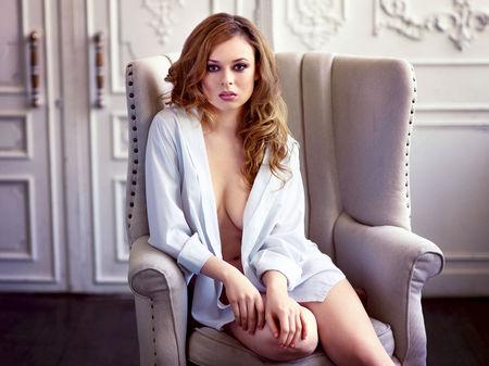 Mooie sexy roodharige vrouw in wit shirt Stockfoto