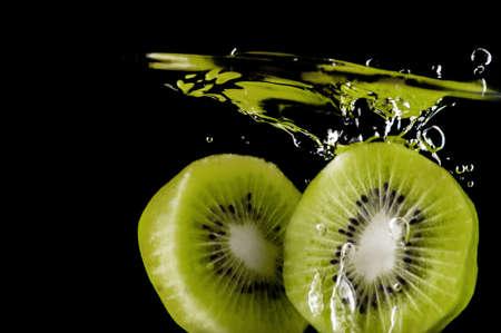 黒い背景に水のキウイ フルーツ