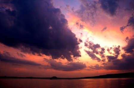 湖夕日炎上